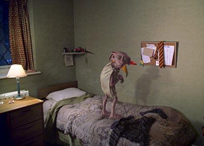 девушка после работы переодевается в своей комнате